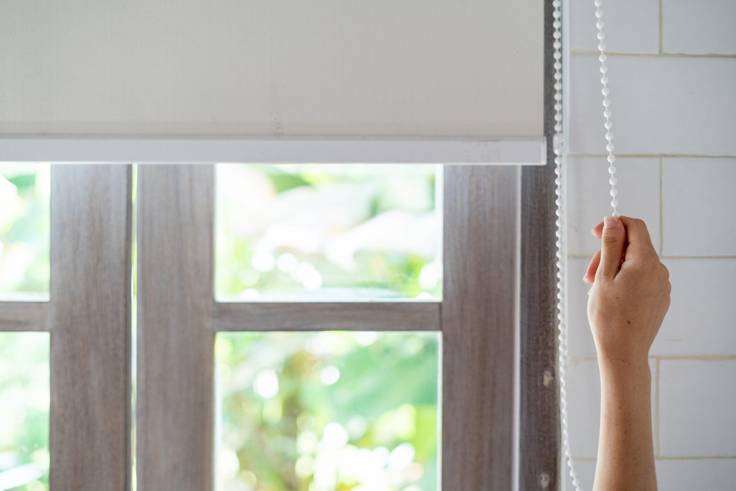 latkove rolety tienenie interier okno